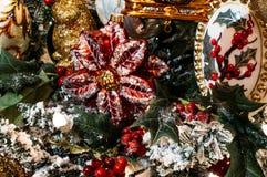les décorations de copie de Noël orientent l'arbre rouge de l'espace de grand ornement d'or photo stock