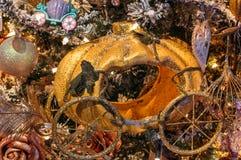 les décorations de copie de Noël orientent l'arbre rouge de l'espace de grand ornement d'or image stock
