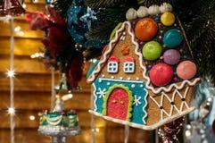 les décorations de copie de Noël orientent l'arbre rouge de l'espace de grand ornement d'or photo libre de droits