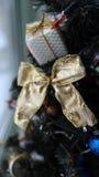 les décorations de copie de Noël orientent l'arbre rouge de l'espace de grand ornement d'or Photographie stock