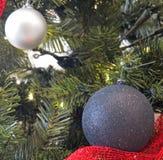 les décorations de copie de Noël orientent l'arbre rouge de l'espace de grand ornement d'or Image libre de droits