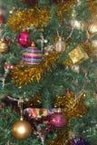 les décorations de copie de Noël orientent l'arbre rouge de l'espace de grand ornement d'or images libres de droits
