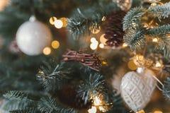 les décorations de copie de Noël orientent l'arbre rouge de l'espace de grand ornement d'or Jouet sous forme de coeur et tresse Images libres de droits