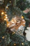les décorations de copie de Noël orientent l'arbre rouge de l'espace de grand ornement d'or Jouet sous forme de coeur et tresse Image stock