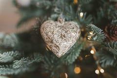 les décorations de copie de Noël orientent l'arbre rouge de l'espace de grand ornement d'or Jouet sous forme de coeur et tresse Photo stock