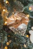 les décorations de copie de Noël orientent l'arbre rouge de l'espace de grand ornement d'or Jouet sous forme de coeur et tresse Photos stock