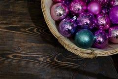 Les décorations de Noël avec le nounours concerne l'arbre de Noël photographie stock