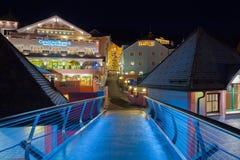 Les décorations de Noël dans le pont d'Ortisei regardent l'Italie la nuit Images stock
