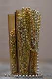 Les décorations de Noël dans le vase jaune Image libre de droits