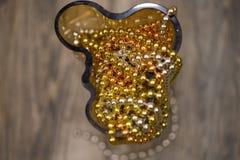 Les décorations de Noël dans le vase jaune Image stock