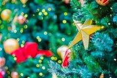 les décorations de Noël de fond ont isolé le blanc d'arbre Image stock