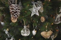 les décorations de Noël de fond ont isolé le blanc d'arbre Fin vers le haut image libre de droits