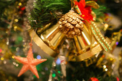 Les décorations de Noël ou la lumière d'arbre de Noël se préparent à célèbrent le jour, bon usage abstrait de lumière de Bokeh po Photos libres de droits