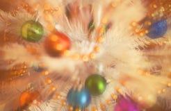 Les décorations de Noël sur le sapin artificiel, xmass brouillent l'effet de vintage de fond Photos stock