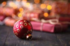 Les décorations de Noël sur le transfert de table d'un groupe de presen photos stock