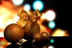 Les décorations de Noël sur une réflexion de miroir noire apprêtent Photographie stock