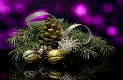 Les décorations de Noël sur une réflexion de miroir noire apprêtent Photographie stock libre de droits