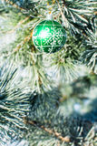 Les décorations de Noël verdissent la boule à l'arbre de Noël extérieur Photo stock