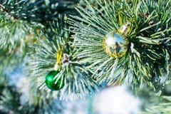 Les décorations de Noël verdissent le rouge et les boules d'or à l'arbre de Noël Images libres de droits