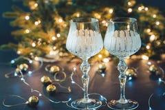 Les décorations de nouvelle année avec les verres à vin, l'arbre de Noël et l'horloge images stock