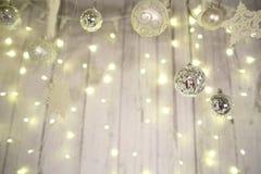 Les décorations de nouvelle année, l'arbre de Noël, les guirlandes et les boules autoguident le cosiness Image stock