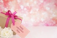 Les décorations de Valentine avec un fond éclatant lumineux Photos libres de droits