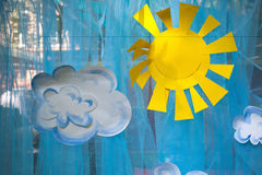 Les décorations des appliques, du soleil de papier et des nuages Photographie stock