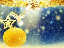 Les décorations jaunes bleues d'étoiles de neige de cerfs communs de coeur de boule d'or de Noël de fond brouillent la nouvelle a Photographie stock libre de droits
