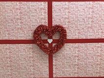 Les décorations sur un mur aident à célébrer le jour du ` s de Valentine Images libres de droits