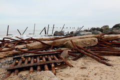 Les défenses échouées sur la côte de la Norfolk images libres de droits