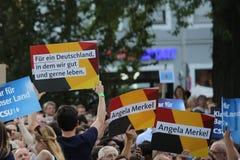 Les défenseurs d'Angela Merkel tiennent des plaquettes vers le haut de haute dans Erlangen Allemagne Images libres de droits