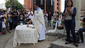 Les défenseurs de démocratie ont versé dans les rues pour prier pour l'hommage de paix et de salaire à au Lander de Neomar tué pe banque de vidéos