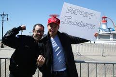 Les défenseurs de Donald Trump protestent contre le candidat présidentiel Bernie Sanders pendant son rassemblement la promenade i Photos stock