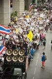 Les démonstrateurs de V anti-gouvernement pour des groupes de la Thaïlande portent Images stock
