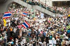 Les démonstrateurs de V anti-gouvernement pour des groupes de la Thaïlande portent Photographie stock