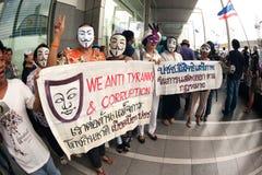 Les démonstrateurs de V anti-gouvernement pour des groupes de la Thaïlande portent Photo stock