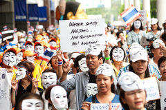 Les démonstrateurs de V anti-gouvernement pour des groupes de la Thaïlande portent Photos libres de droits
