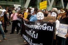 Les démonstrateurs de V anti-gouvernement pour des groupes de la Thaïlande portent des masques de Guy Fawkes. Photo libre de droits