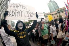 Les démonstrateurs de V anti-gouvernement pour des groupes de la Thaïlande portent des masques de Guy Fawkes. Images stock