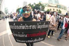 Les démonstrateurs de V anti-gouvernement pour des groupes de la Thaïlande portent des masques de Guy Fawkes. Image stock