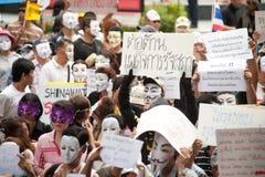 Les démonstrateurs de V anti-gouvernement pour des groupes de la Thaïlande portent des masques de Guy Fawkes. Photographie stock libre de droits
