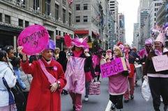 Les démonstrateurs pacifistes de ` de rose de code de ` participant à Pâques défilent sur la 5ème avenue à New York City Photos stock