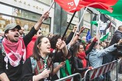 Les démonstrateurs Pro-palestiniens contestent la brigade juive Images stock