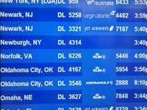 Les départs électroniques embarquent en Stewart Airport 2018 photographie stock