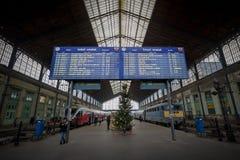 Les départs embarquent dans la station de train de Budapest Nyugati Photo stock