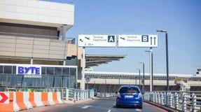 Les départs ravissent à l'aéroport international image stock
