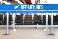 Les départs textotent avec l'icône d'avion sur une barrière de file d'attente Photographie stock