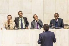 les députés d'état discutent les lois dans l'ensemble législatif de l'état de Sao Paulo images stock