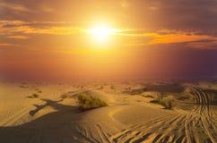 Les déserts conduisant les dunes de sable extérieures et tous terrains de voiture aménagent en parc au lever de soleil image stock