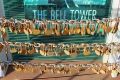Les détails de l'amour ferme à clef à la tour de Bell, Perth, Australie Photographie stock libre de droits
